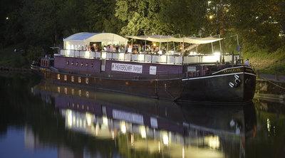 Theaterschiff am Neckarufer